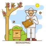 Imker bij speciaal kostuum De mens van het bijenstallandbouwbedrijf is gekleed in een beschermend kostuum en houdt honingraat van Royalty-vrije Stock Foto