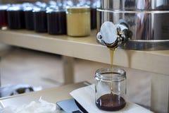 Imker, der frische goldene Honigbienen gesund macht lizenzfreie stockfotografie