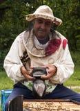 Imker, der in seinem Bienenhaus arbeitet Stockfoto