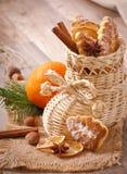 Immagazzinamento di vimini di Natale riempito di biscotti Fotografie Stock Libere da Diritti