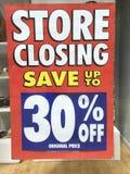 Immagazzini il segno di chiusura con il risparmio di 30% Fotografia Stock Libera da Diritti