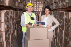 Immagazzini la scatola di esame del lavoratore con il pc della compressa della tenuta del responsabile Fotografia Stock Libera da Diritti