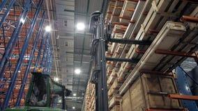 Immagazzini le imprese d'elaborazione del legno segate, la fabbrica di riserva molta dei bordi ed i materiali da costruzione per  video d archivio