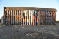 Immagazzini una parete dei tamburi da 50 galloni vicino a Millersburg, Oregon Fotografie Stock