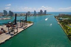 Immagine aerea del porto e di Fisher Island Atlantic Ocea di Miami Beach Fotografia Stock