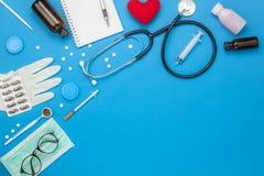 Immagine aerea di vista del piano d'appoggio della sanità degli accessori & del concetto del fondo medico Fotografia Stock
