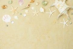 Immagine aerea di vista del piano d'appoggio di estate & della festa della spiaggia di viaggio nel concetto del fondo di stagione fotografia stock