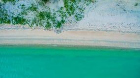 Immagine aerea di vista superiore dal fuco di bella spiaggia sbalorditiva del paesaggio del mare con acqua del turchese Fotografia Stock