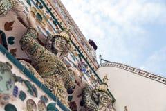 Immagine alta vicina di bella statua bianca del demone decorativa sulla grande pagoda a Wat Arun Bangkok Thailand fotografia stock