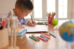 immagine asiatica del disegno dello scolaro del bambino del ragazzo del bambino Attività dei bambini fotografia stock libera da diritti