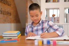 immagine asiatica del disegno dello scolaro del bambino del ragazzo del bambino Attività dei bambini fotografia stock