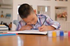 immagine asiatica del disegno dello scolaro del bambino del ragazzo del bambino Attività dei bambini fotografie stock libere da diritti