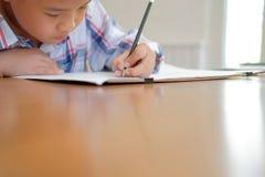 immagine asiatica del disegno dello scolaro del bambino del ragazzo del bambino Attività dei bambini immagini stock