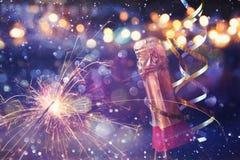 Immagine astratta della bottiglia del champagne e delle luci festive immagini stock