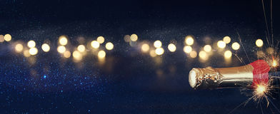 Immagine astratta della bottiglia del champagne e delle luci festive fotografie stock