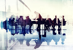 Immagine astratta della gente di affari delle siluette in una riunione fotografie stock