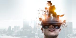 Immagine astratta di esperienza di realt? virtuale, un uomo in vetri di VR fotografie stock libere da diritti