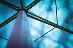 Immagine astratta di un parasole blu con le strutture del metallo Immagini Stock Libere da Diritti