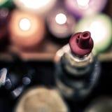 Immagine astratta di una bottiglia di liquore con un pourer di plastica Un ch immagini stock