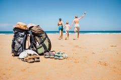 Immagine attiva di concetto di vacanza Viaggiatori t a conduzione familiare di viaggiatore con zaino e sacco a pelo fotografie stock