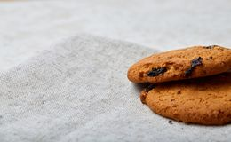 Immagine bassa di profondità di campo del primo piano dei biscotti di pepita di cioccolato di recente al forno sul tovagliolo del Fotografie Stock Libere da Diritti