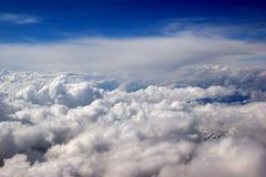 Immagine bella del cielo blu profondo con le nubi Fotografia Stock
