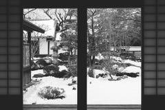 Immagine in bianco e nero astratta del terrazzo di legno e della stanza di legno dentro del castello di Kawagoe nell'inverno stag Immagine Stock