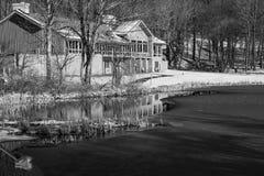 Immagine in bianco e nero dei picchi della casetta della lontra, del lago Abbott e della traccia fotografia stock