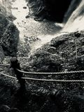 Immagine in bianco e nero del corrimano del cavo e delle scala della roccia alle cadute di Kaminaridaki immagine stock