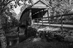 Immagine in bianco e nero del ponte coperto a dorso d'asino storico fotografia stock