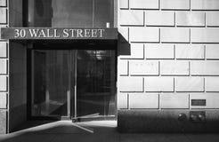 Immagine in bianco e nero dell'entrata e della facciata edificio di Wall Street Immagini Stock