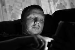 Immagine in bianco e nero dell'uomo che per mezzo del cuscinetto di tocco Immagine Stock Libera da Diritti