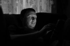Immagine in bianco e nero dell'uomo che per mezzo del cuscinetto di tocco Fotografia Stock