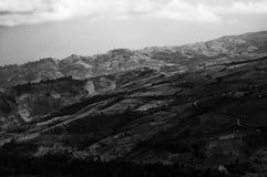 Immagine in bianco e nero della valle della collina fotografie stock libere da diritti