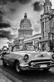 Immagine in bianco e nero della via di Avana con l'automobile d'annata e Capi Fotografia Stock