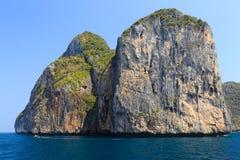 Immagine in bianco e nero delle rocce e di Longtail Phi Phi Island Fotografie Stock Libere da Diritti