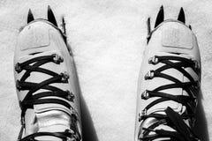 Immagine in bianco e nero di alpinismo di inverno Fotografia Stock Libera da Diritti