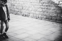 Immagine in bianco e nero di giovane camminata spagnola della donna fotografia stock libera da diritti