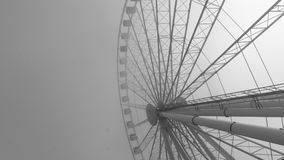 Immagine in bianco e nero di grande ruota di ferris Fotografia Stock