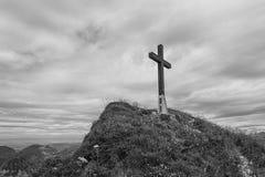 Immagine in bianco e nero di un incrocio sul pendio di collina nelle alpi svizzere Immagini Stock