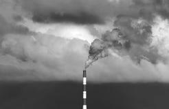 Immagine in bianco e nero industriale del fumo e della centrale elettrica Immagine Stock