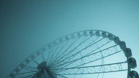 immagine Blu-tinta di grande ruota di ferris su una mattina fredda Immagini Stock