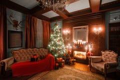 Immagine calma dell'albero classico interno del nuovo anno decorato in una stanza con il camino immagine stock libera da diritti