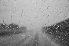 Immagine che mostra le gocce di pioggia sul vetro Immagine Stock Libera da Diritti