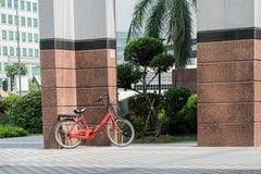 Immagine colorata della bicicletta Patking Aggainst la parete fotografia stock libera da diritti