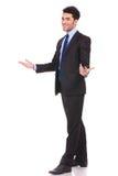 Immagine completa del corpo di un'accoglienza emozionante dell'uomo d'affari Fotografia Stock