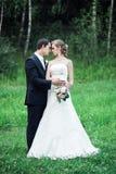 Immagine completa di altezza delle persone appena sposate in un'area verde immagine stock libera da diritti