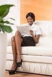 Immagine completa di giovane ragazza nera con il computer portatile Fotografia Stock Libera da Diritti