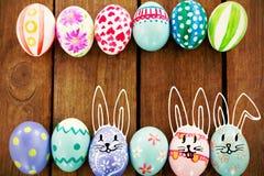 Immagine composita contro le uova di Pasqua dipinte Immagine Stock