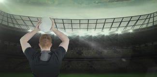 Immagine composita 3D del giocatore di rugby circa per gettare una palla di rugby Fotografia Stock Libera da Diritti